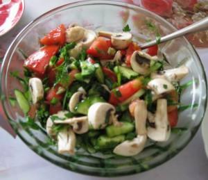 """""""Зеленый"""" салат с шампиньонами и медовой заправкой"""